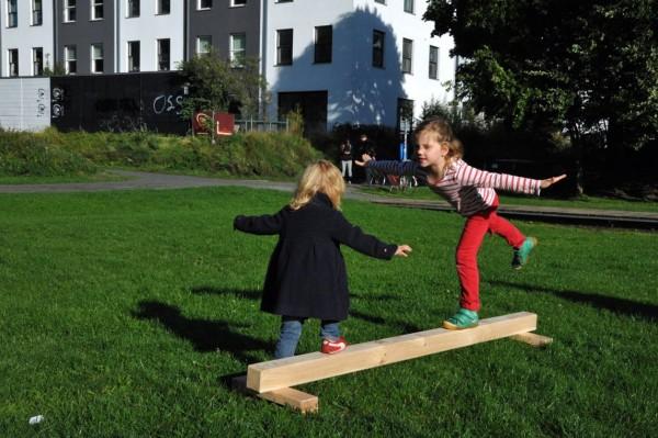 Balancierbalken-mit-2-Kindern